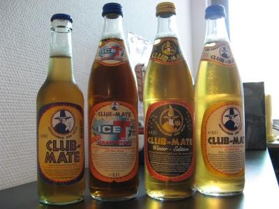 Vier Flaschen: Mate klein, Ice-T, Weihnachtsmate und normale Mate